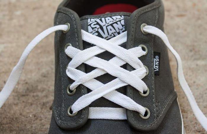 Cách thắt dây giày vans theo kiểu kim cương