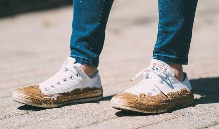 vết bẩn đã xuất hiện trên đôi giày bạn