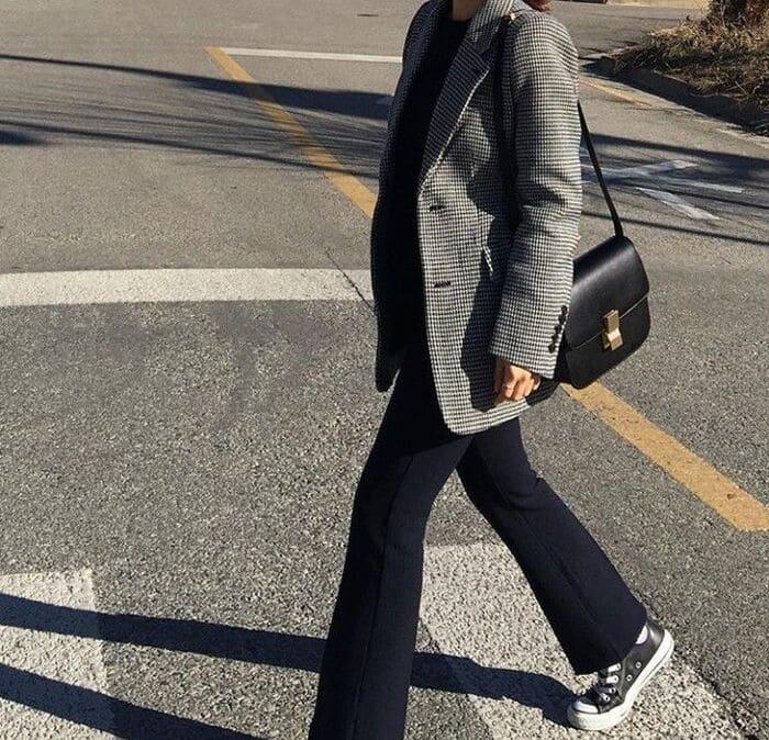 áo dạ ngắn và giày thể thao nữ