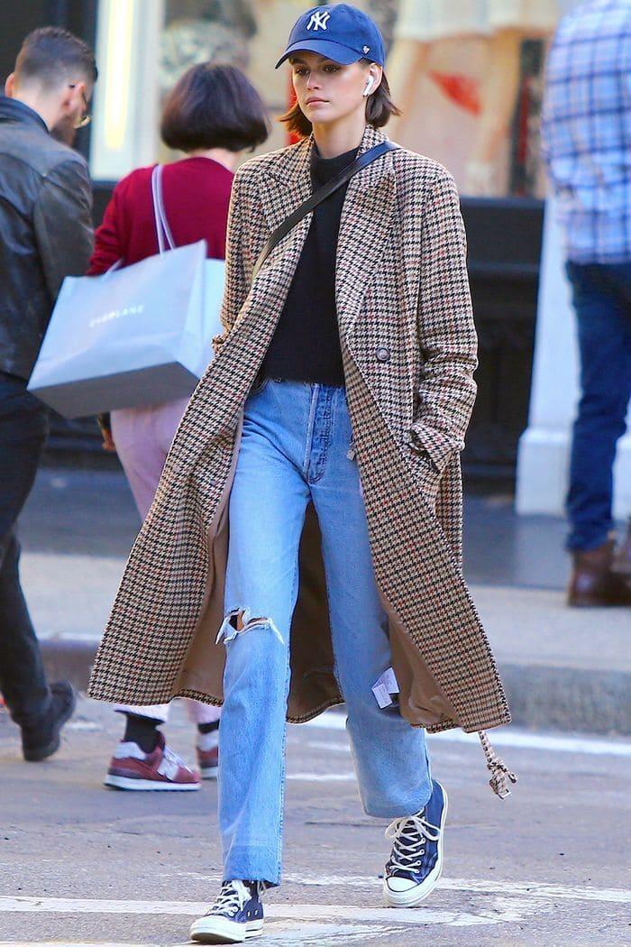 áo dạ nữ kết hợp quần jean và giày thể thao