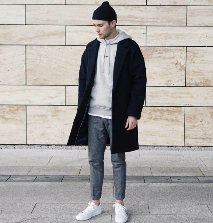 áo dạ tối màu kết hợp giày thể thao