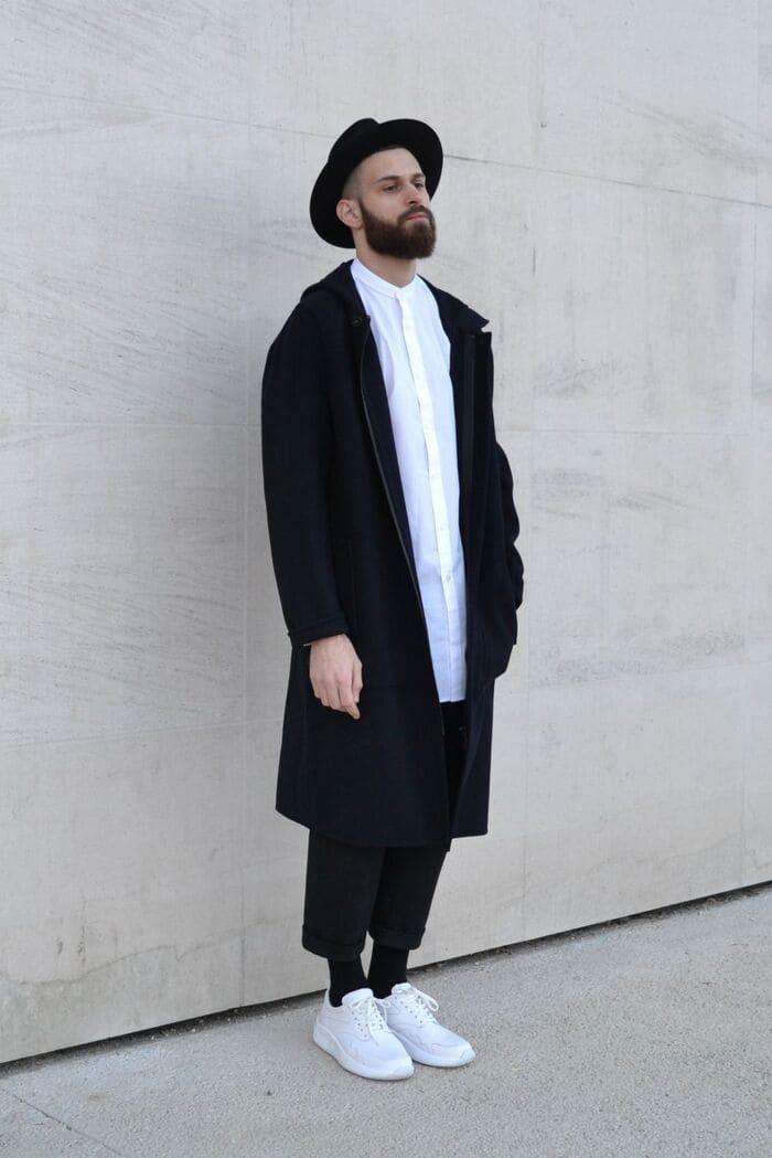 áo dạ tối màu và giày thể thao