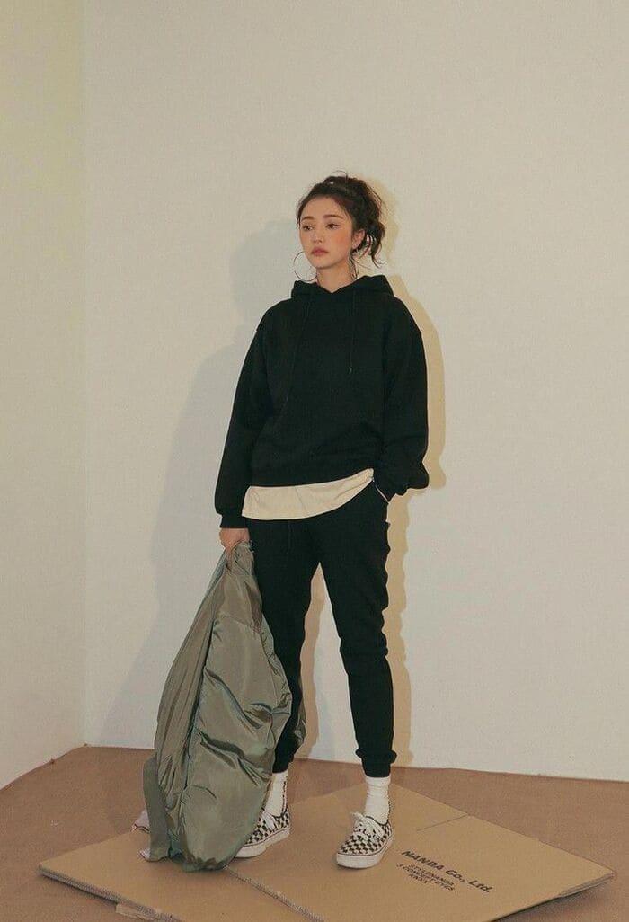 áo hoodie nữ cùng giày slip on