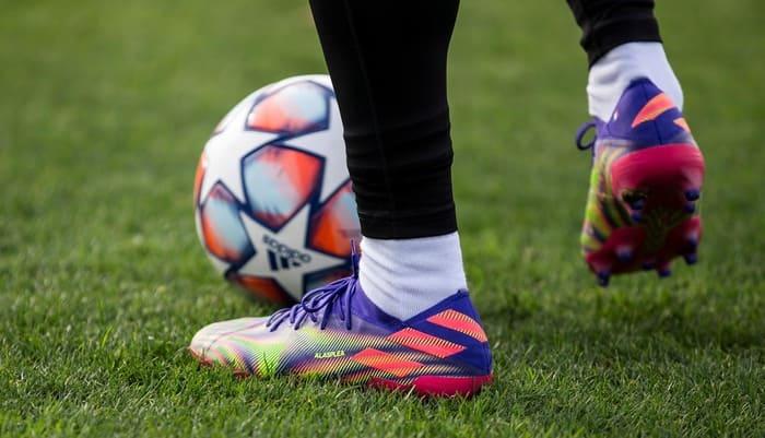 cách thắt nơ dây giày không bị tuột khi chơi bóng đá