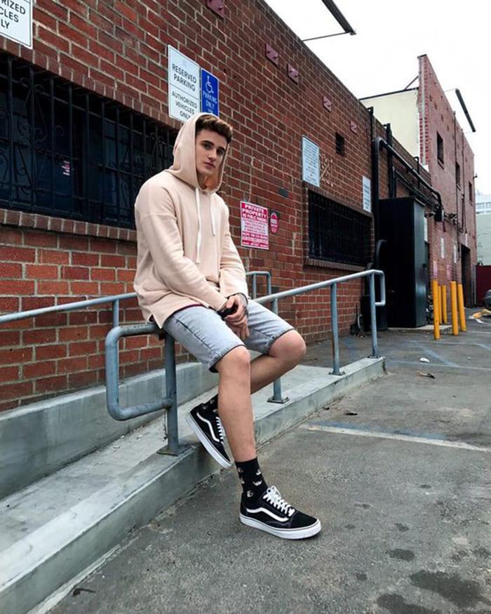 giày vans phối đồ cùng với quần short và áo hoodie