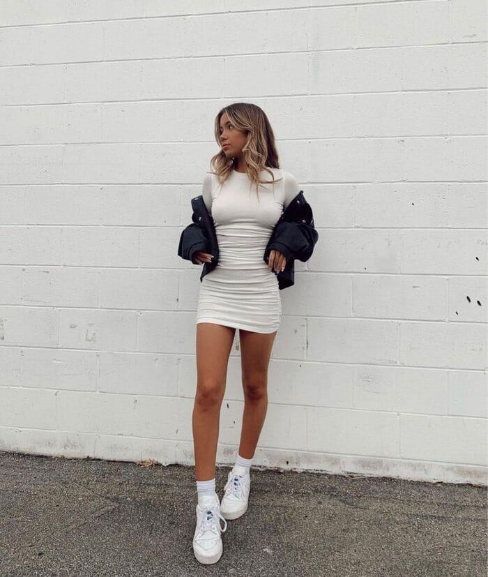 kết hợp giày nike trắng cùng đầm ôm body siêu quyến rũ
