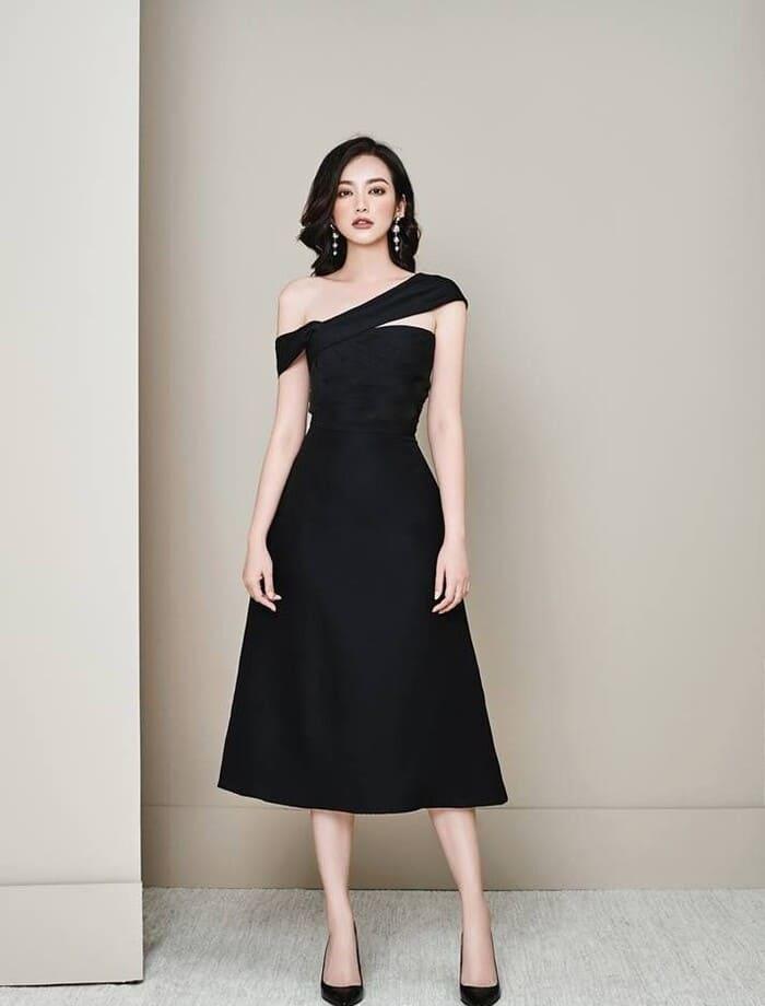 mặc đầm đen mang giày cùng màu