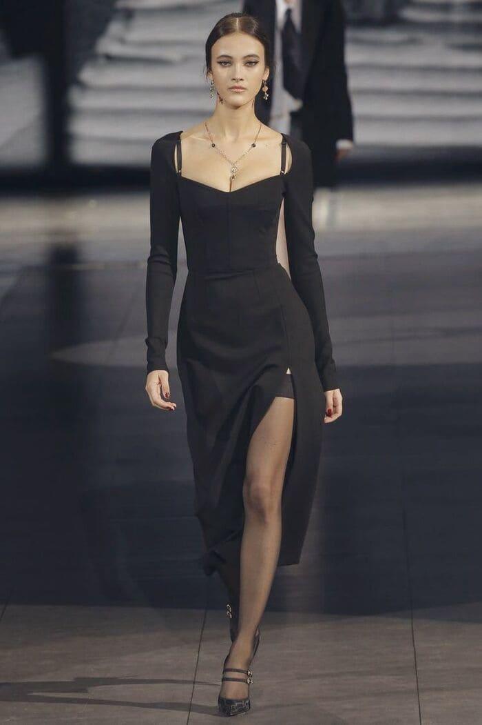 mặc đầm đen mang giày cùng tông phụ kiện