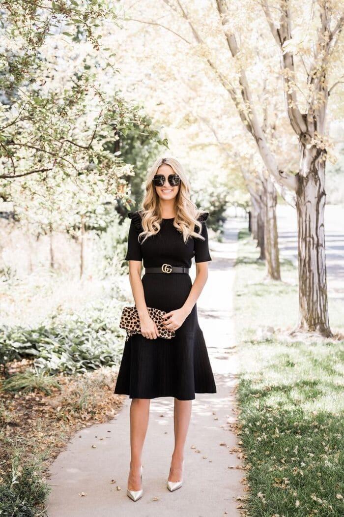 mặc đầm đen mang giày màu ánh kim 2