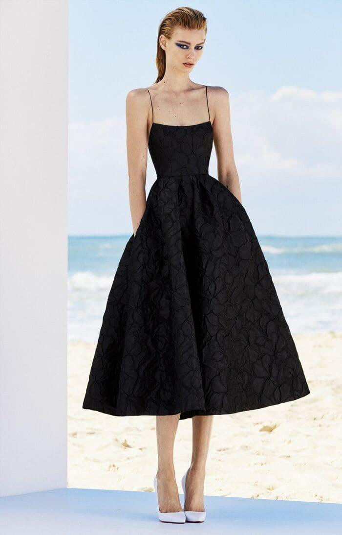 mặc đầm đen mang giày màu trắng