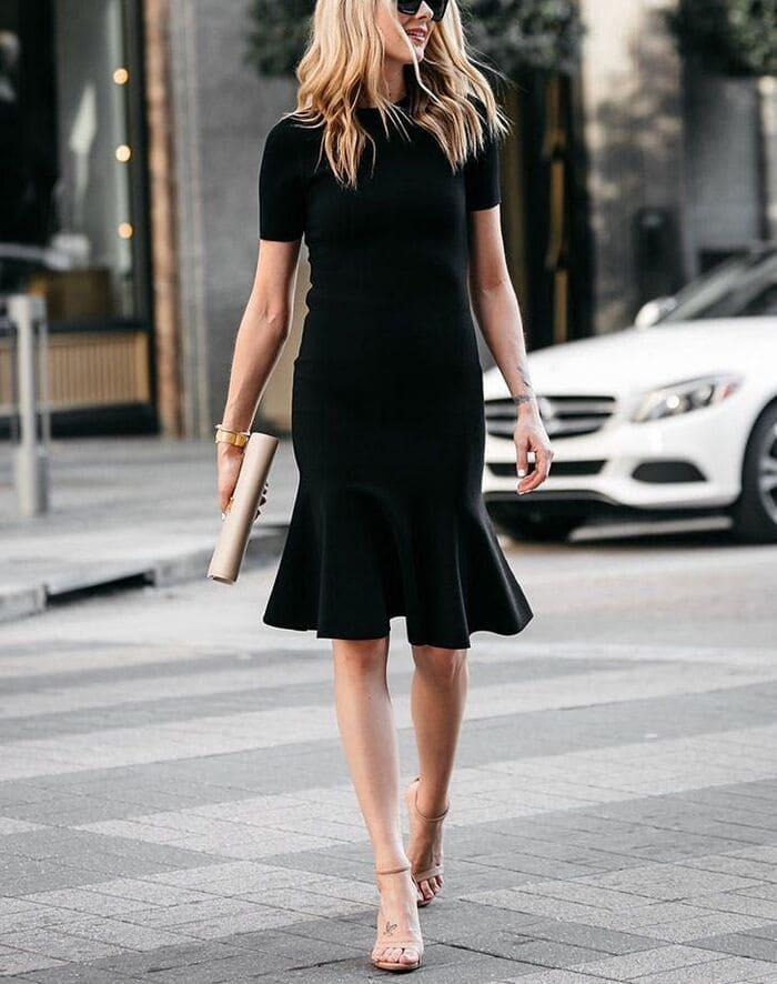 mặc đầm đen mang giày màu nude 2