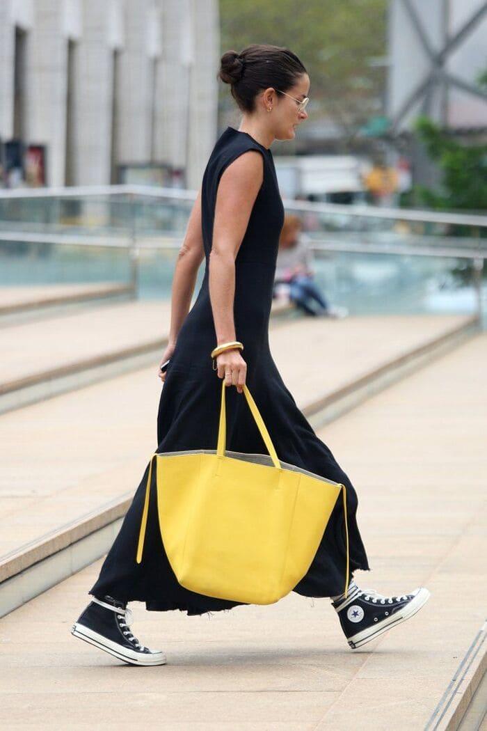 mặc đầm đen mang giày thể thao đen