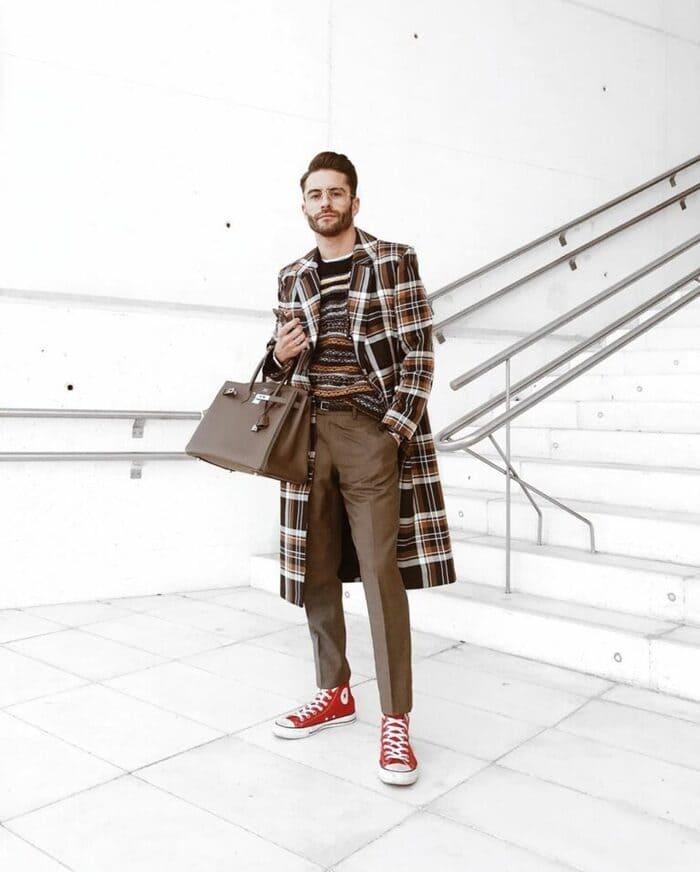 mix đồ với giày converse cổ cao cùng áo khoác dạ dài