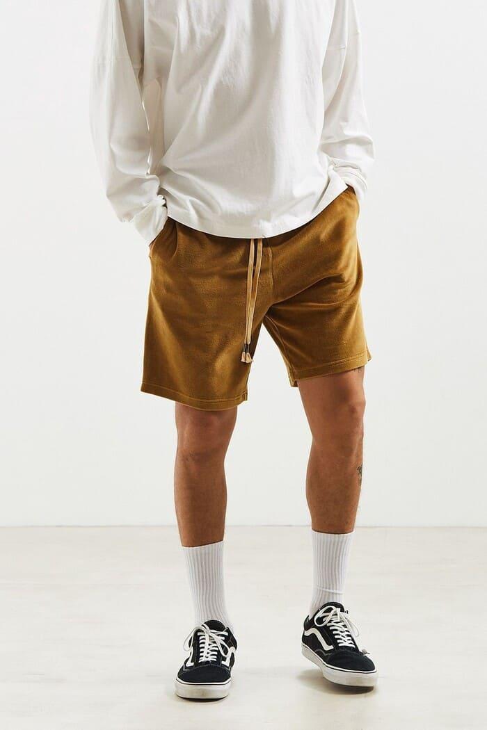 mix đồ với giày vans kết hợp với áo thun và quần short năng động