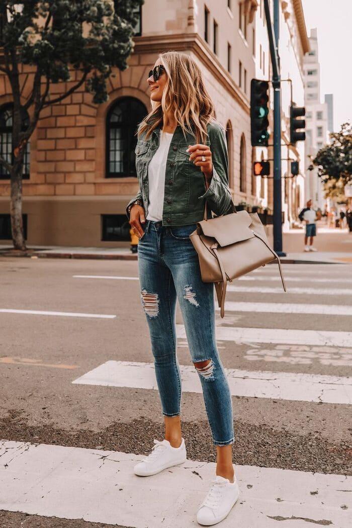 top những cách mix đồ với giày adidas cùng áo thun basic nữ kết hơp với quần jeans cá tính