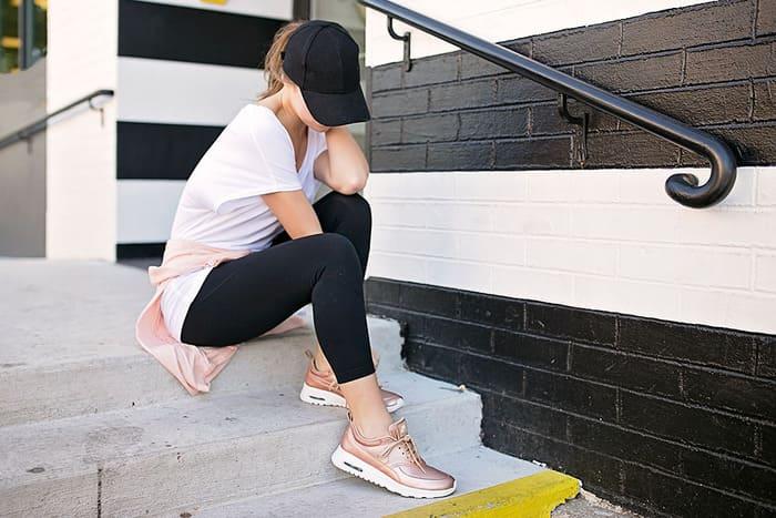 áo thun t- shirt năng động phối với giày hồng đầy nữ tính