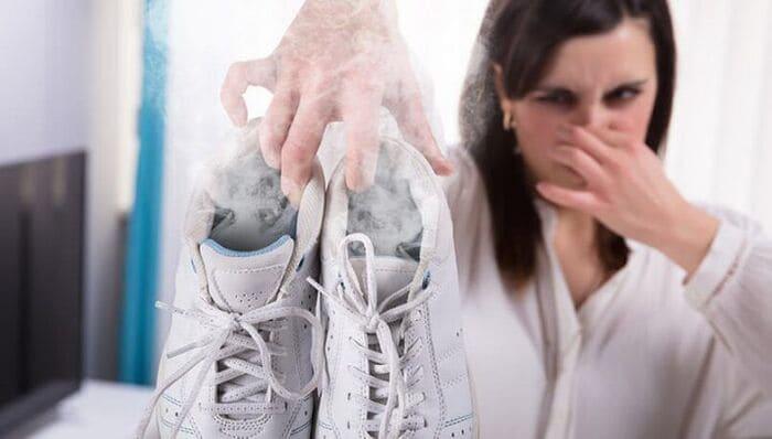 cách khử mùi giày hôi