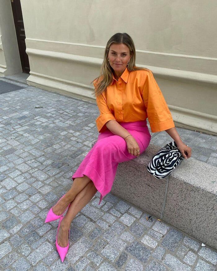 giày cao gót hồng kết hợp với chân váy midi đầy thanh lịch