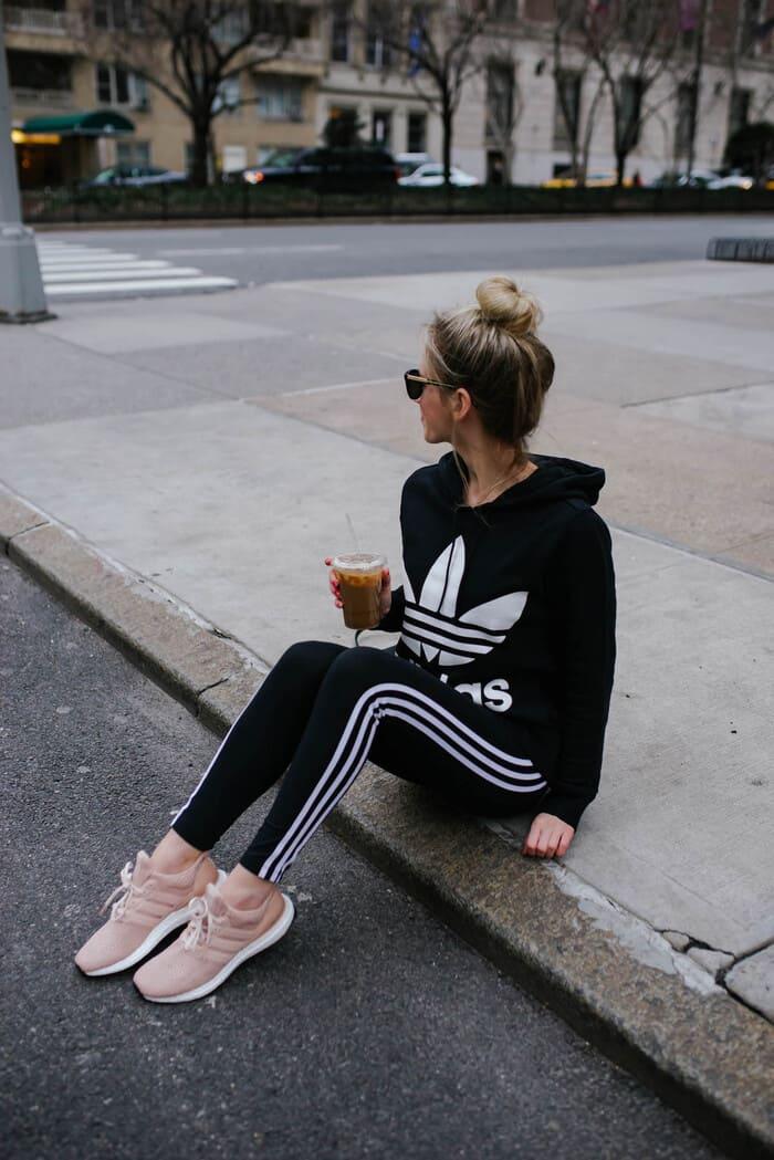 giày sneaker hồng nữ tính kết hợp với set đồ thể thao