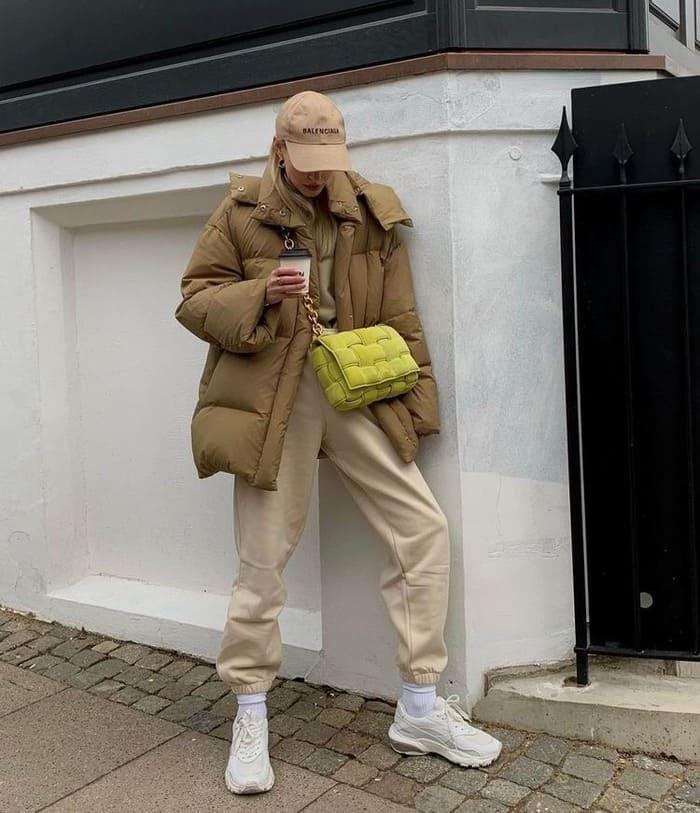 hướng dẫn mix giày thẻ thao với áo phao mùa đông cá tính