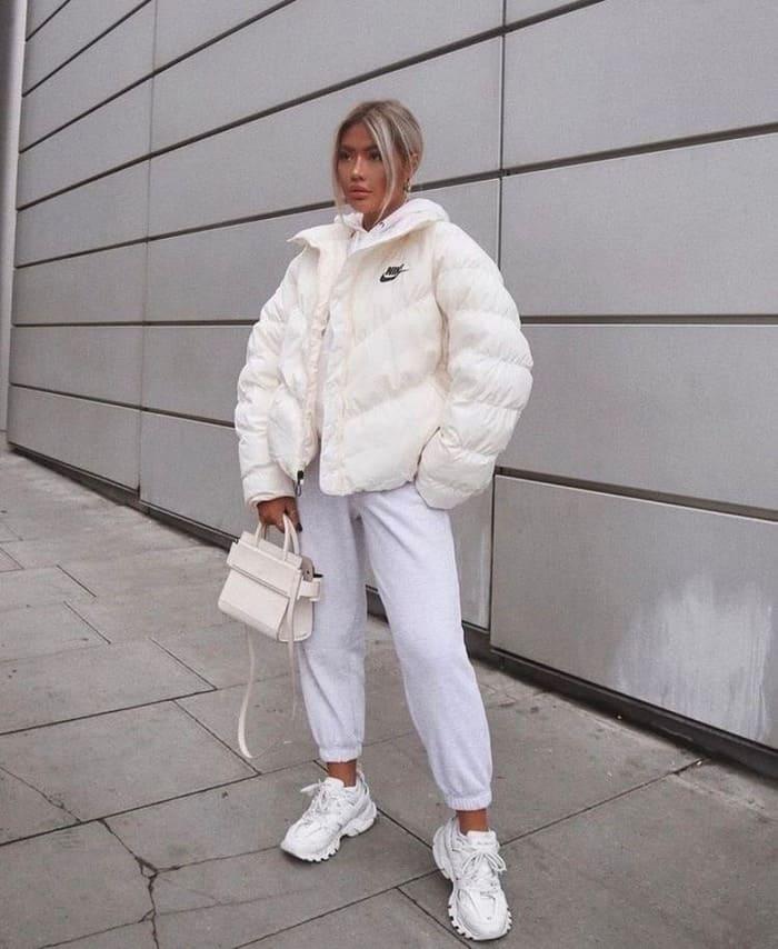 mix áo phao mùa đông với quần jogger và giày thể thao sneaker