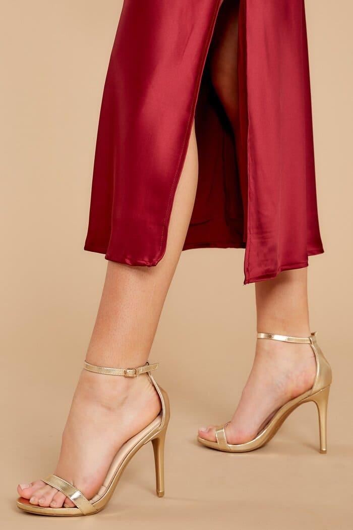 nổi bật với sự kết hợp giữa váy đỏ và giày ánh kim vàng