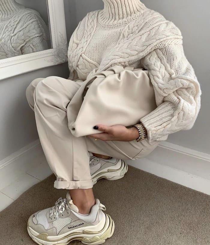 phối áo len với giày sneaker nữ trong mùa đông
