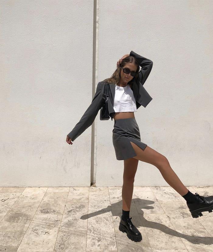 phối đồ với giày đen nữ cùng chân váy