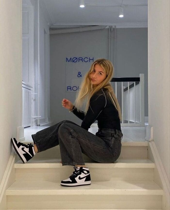 phối đồ với giày đen nữ cùng quần jean