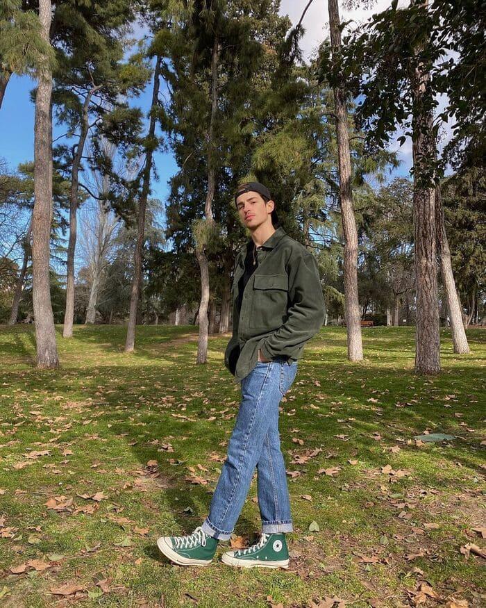 phối quần jean ống rộng nam kết hợp với giày converse xanh