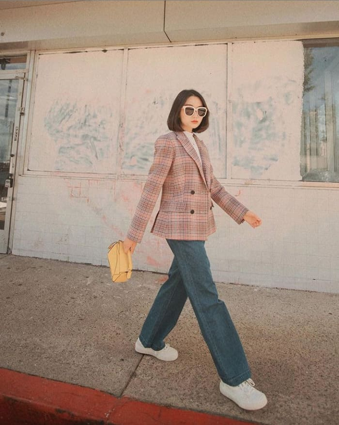 phối quần jean ống rộng nữ kết hợp với giày thể thao trắng