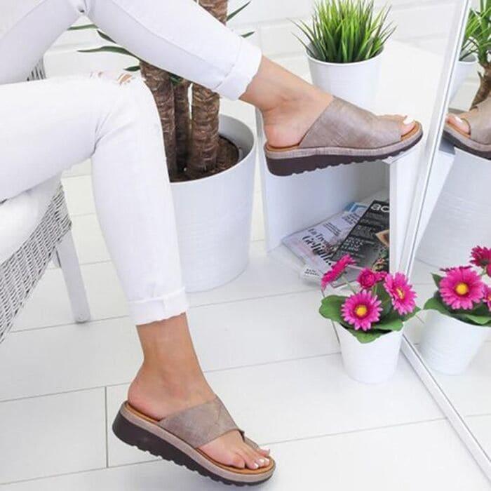 quần trắng cùng giày xám nữ
