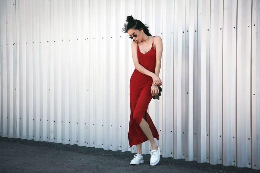 váy đỏ kết hợp với giày màu gì