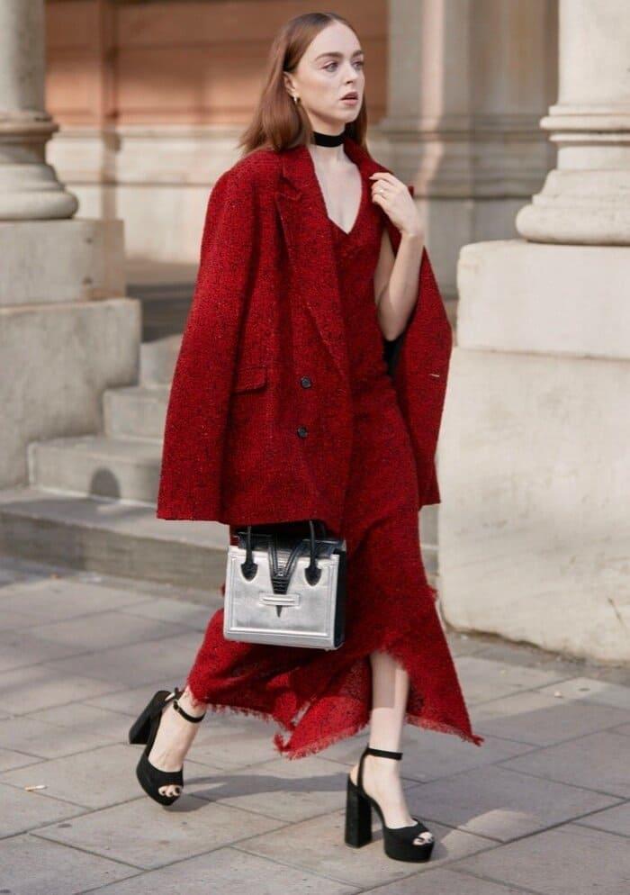 váy đỏ mang giày gì