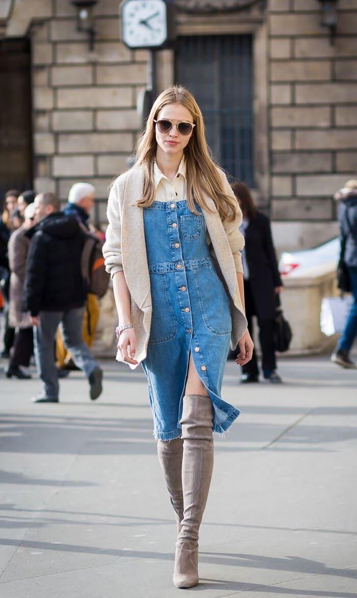 váy yếm kết hợp với giày boot cổ cao