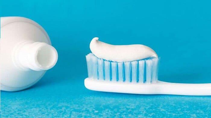 cách vệ sinh giày mlb bằng kem đánh răng